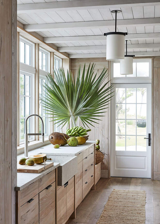 Великолепие натуральных материалов в дизайне пляжного дома в окружении пальм во Флориде