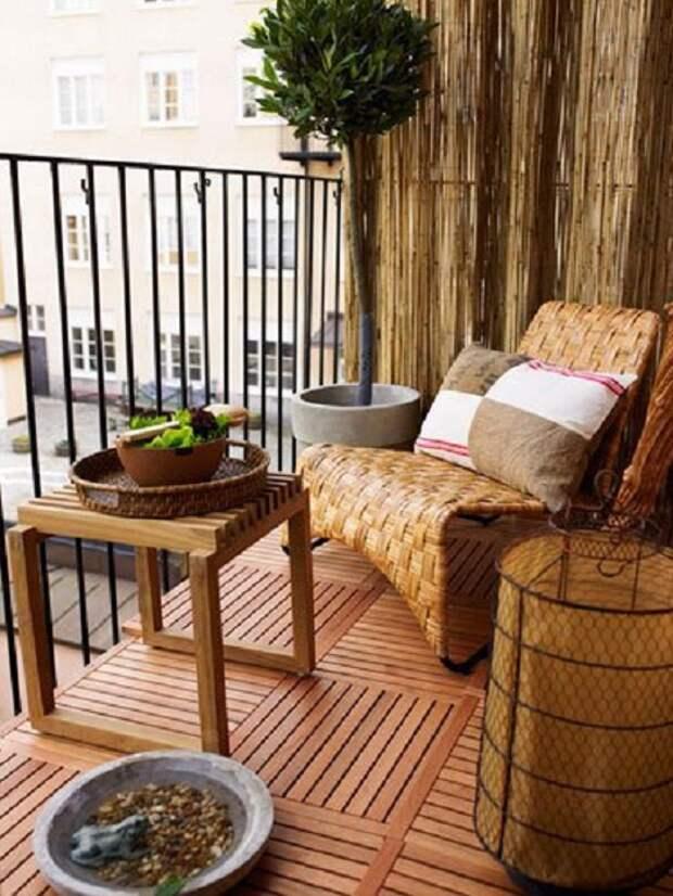 Симпатичный вариант оформления балкона с оригинальными плетеными элементами декора.