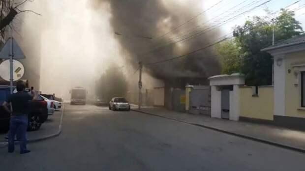Спасатели потушили горевший в центре Симферополя гараж