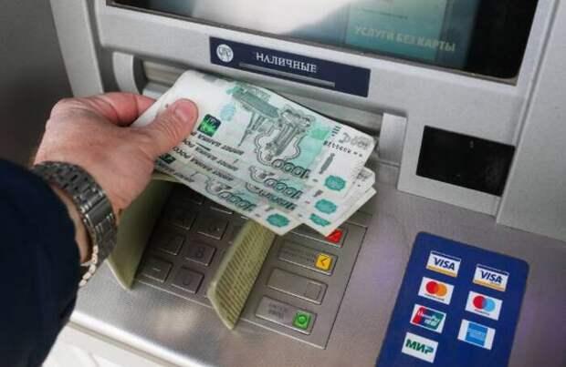 Банки введут сервис для снятия денег с чужой карты в банкомате с помощью QR-кода