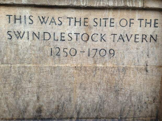 Табличка, повествующая, что на этом месте с 1250 по 1709 год стояла печально известная таверна «Свиндлсток»