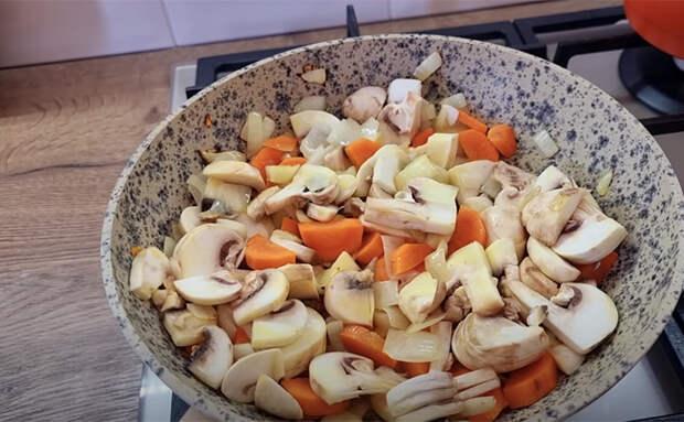 Превратили сосиски в полноценный ужин на семью. Заливаем сливками и добавляем грибы