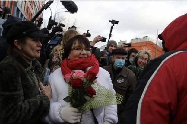 Депутат из Ефремова поддержала Юлию Галямину у здания суда