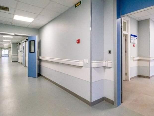В московской клинике мужчина упал с каталки и попал в реанимацию