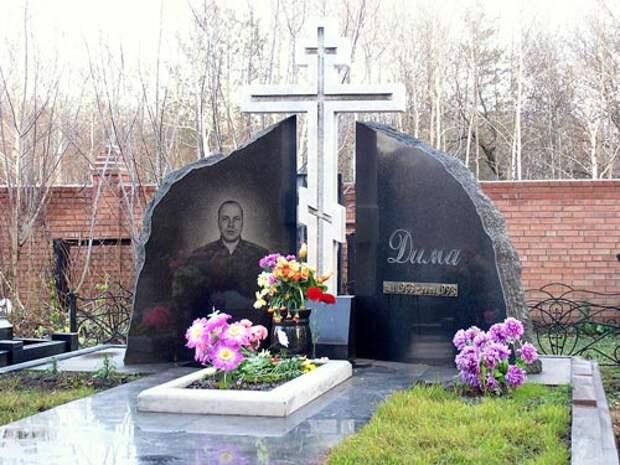 Могила Рузляева на Баныкинском кладбище в Тольятти. wikipedia