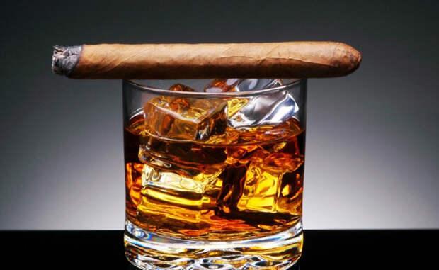 Курение и алкоголь Сложнее всего нам отказываться от маленьких и вроде бы не таких уж вредных привычек. Выкуривать пару сигарет в день — подумаешь! — бутылка пива вечером — ну так сейчас же лето. На самом деле, все полученные вами токсины приходится выводить многострадальной печени. Чем больше токсинов, тем хуже она справляется. Продукты распада попадают в организм, где из-за них сбивается весь рабочий ритм. В том числе, падает и производство тестостерона. Вы, наверное, видели надпись на пачках сигарет «вызывает импотенцию»? Так вот, это — абсолютная правда.