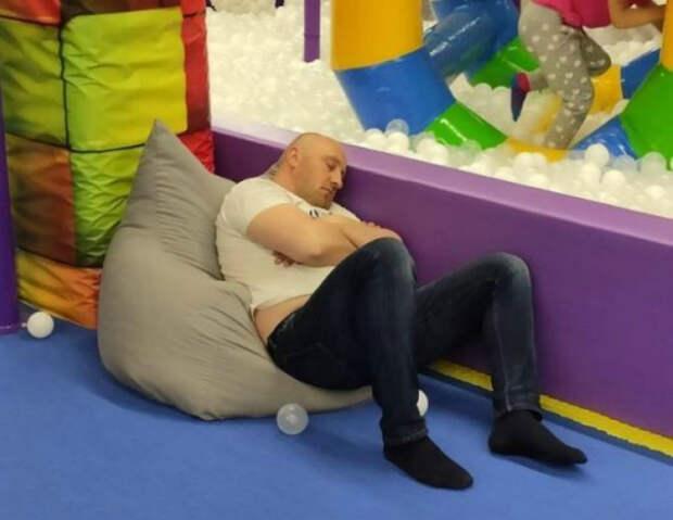 Для папы это лучшее развлечение в детском центре. | Фото: Izismile.com.