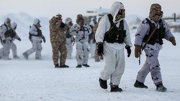 Российские десантники первыми в мире прыгнули с высоты 10 км в Арктике