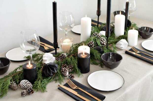 Сервировка новогоднего стола в чёрно-белой гамме. \ Фото: nastroy.net.