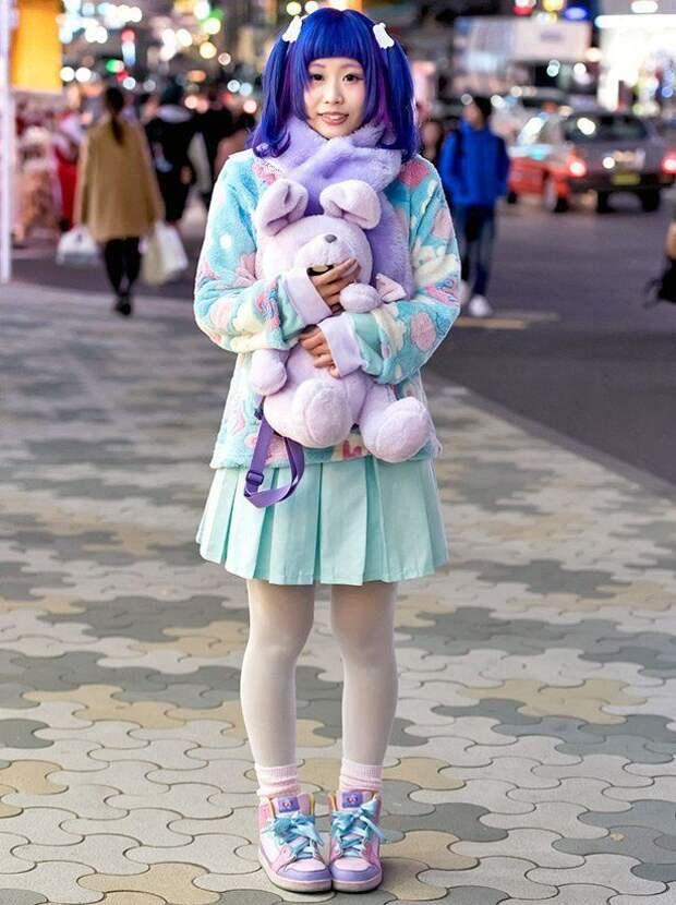 японка с синими волосами и мягкой игрушкой в руках