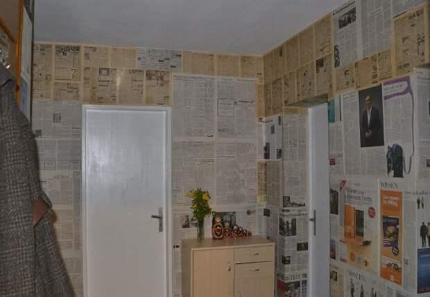 Сегодня даже продаются специальные обои, имитирующие старые газеты / Фото: s00.yaplakal.com