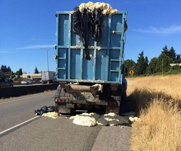 Поднявшееся из-за жары тесто начало вываливаться на дорогу авто, грузовик, дрожжи, жара, курьез, мука, прикол, тесто