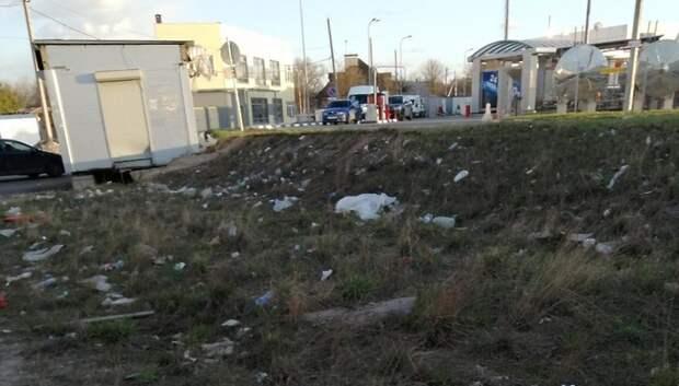 Газон на Объездной дороге в Подольске очистили от мусора