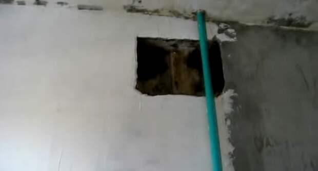 Чтобы привести стены в порядок пришлось их штукатурить и шпаклевать. | Фото: youtube.com.
