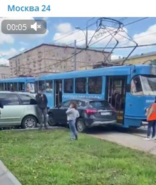 Автомобиль врезался в трамвай у станции метро «Сокол»