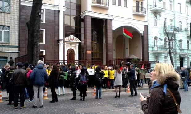 Взбунтовавшиеся киевляне требуют немедленной отставки посла Белоруссии на Украине