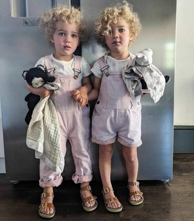 2. Двойняшек Саймон и его жена планировали одевать по-разному, чтобы воспитывать в них индивидуальность и чтобы проще было их различать. Но не тут-то было! Девочки требуют одинаковую одежду, и бороться с этим бесполезно Отец года, дочери, инстаграм-аккаунт, отец герой, отец и дети, отцовство, родительство, семья