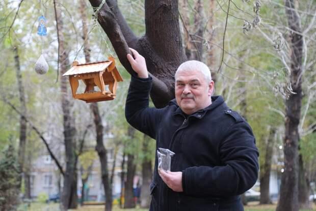 Инкассатор на пенсии из Рязанского помогает птицам пережить холода