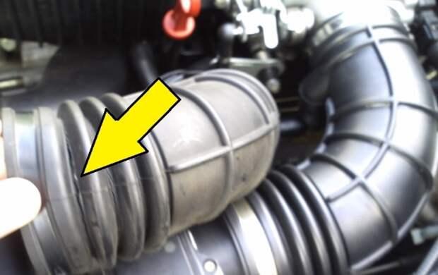 Из-за таких сквозных трещин растет расход топлива и начинаются проблемы с работой двигателя.   Фото: drive2.ru.