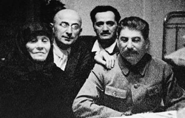 6 Иосиф Сталин с матерью Л. Бериеи и А. Микояном.jpg