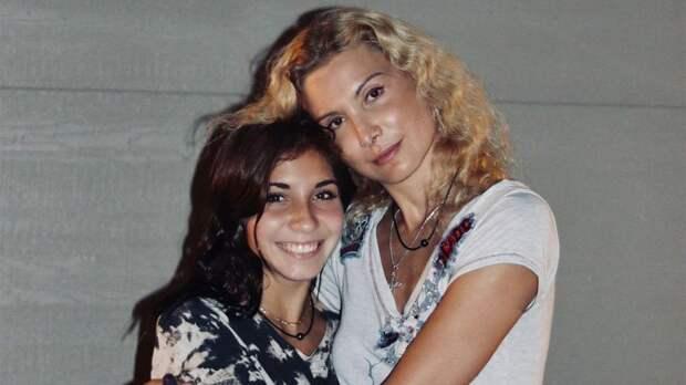 Тутберидзе поздравила свою дочь Дэвис с 18-летием: «Пусть ангелы оберегают, глаза красивые пусть слез не знают»