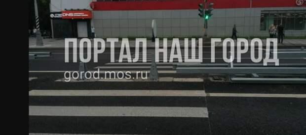 Бег с препятствиями ожидает пешеходов на проспекте Маршала Жукова