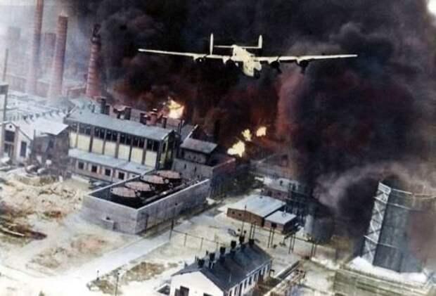 """Американский бомбардировщик B-24D «Либерейтор» бомбит румынский нефтеперерабатывающий комплекс, операция """"Приливная волна"""", 1 августа 1943 года. Источник: waralbum.ru"""