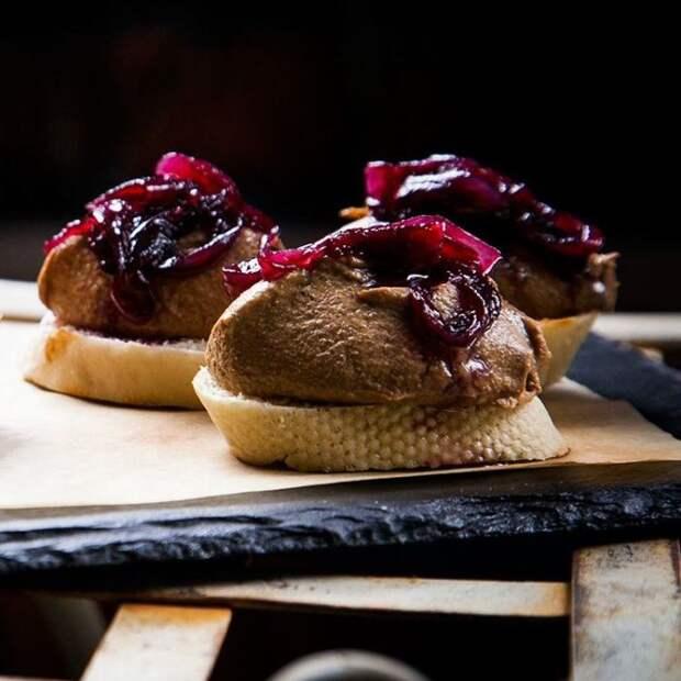 Кростини с печенью. \ Фото: pinterest.com.
