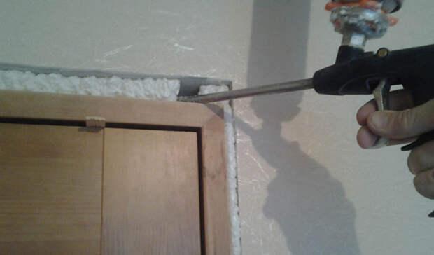 Двери Щели во входных дверях — основная причина гуляющего по квартире холодного сквозняка. Ставьте двойную дверь, а если нет возможности — укрепляйте имеющуюся. Пройдитесь по всем щелям монтажной пеной, к примеру.