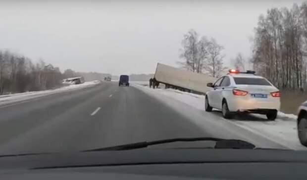 Два грузовика вылетели в кювет из-за аварии на трассе Тюмень-Омск