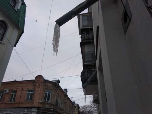Осторожно, в Симферополе появились гигантские сосульки. Фото