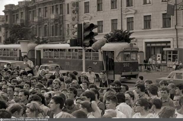 На центральной площади Владивостока, 1991 год. история, факты, фото