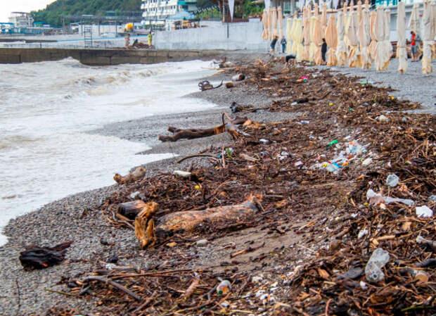 завал на пляже Ялты после потопа