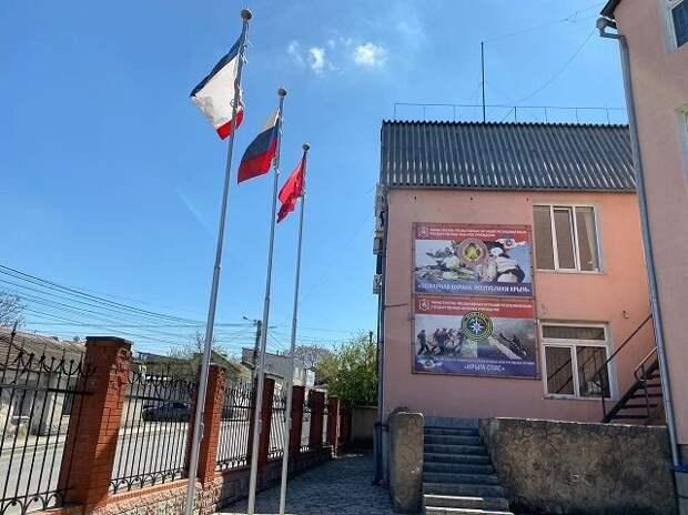 Над всеми административными зданиями МЧС Республики Крым водружены флаги Победы