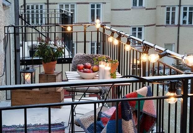 Пожалуй один из отличных вариантов декорирования балкона при помощи размещения красивой подсветки.