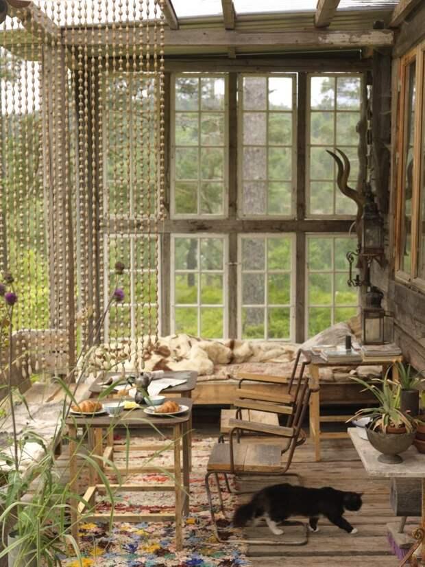 Штора из деревянных бусин придаст интерьеру африканский оттенок.