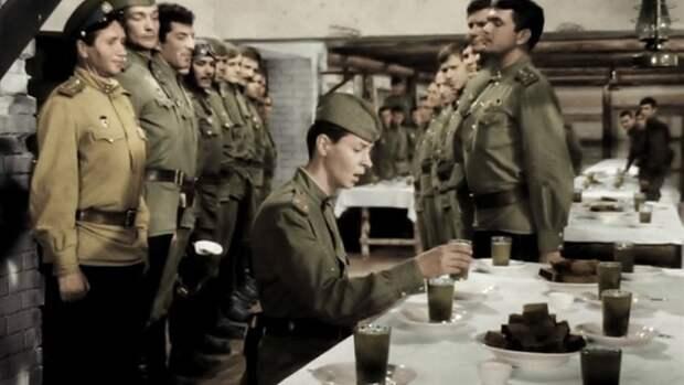 """Известный фрагмент фильма """"В бой идут одни старики"""", где Кузнечик просит заменить компот на свои законные 100 граммов за сбитый самолет. / кадр из фильма"""