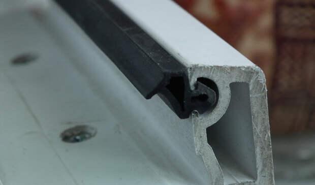 Монтажная пена Раньше имело смысл заклеивать деревянные рамы: они пропускали холодный ветер с улицы, а под сквозняком можно было легко заболеть. Современные пластиковые окна от большинства подобных дефектов избавлены уже на заводе, но подстраховаться, все же, будет не лишним. Забудьте о липкой ленте — купите монтажную пену, или специальный утеплитель, который надежно закроет все, даже самые тонкие щели.