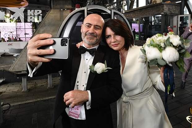 Свадьбы в небе: 30 пар поженились на канатной дороге в Москве