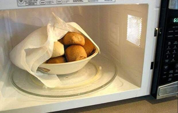 Чтобы разогреть блюда без потери сочности и насыщенного аромата, прикройте тарелку бумажными полотенцами / Фото: cdn.megalife.net.ua