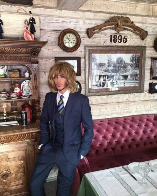 Эпатажный стилист Сергей Зверев показал свою нескромную квартиру на Тверской