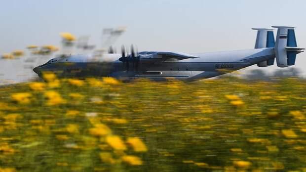 Военно-транспортный самолет Ан-22 «Антей» ВКС РФ в аэропорту Толмачево