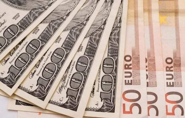 БВФБ: доллар и евро подешевели на торгах в понедельник