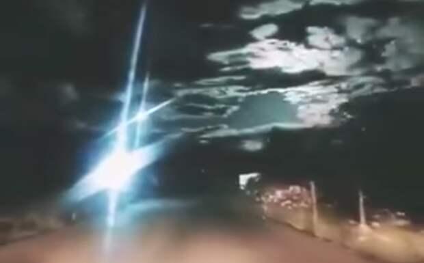 Жители Китая сняли на видео мощный взрыв метеорита в атмосфере Земли