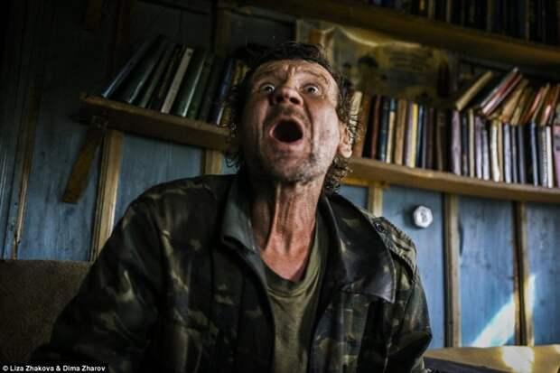 Леша —бывший шахтер, живет в деревне Спирдово; заполняет свой день охотой и употреблением спиртных напитков в пустой деревне   бомжи и пьяницы, российская глубинка