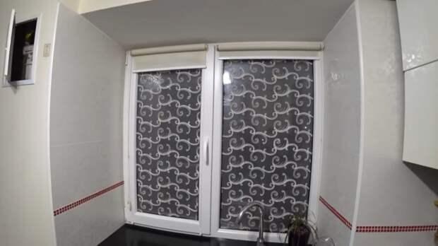 Несколько причин, почему наклеить тюль на окно лучше, чем жалюзи или шторы