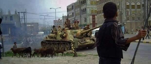 СУ-100 движется к месту боев, столица Сана, Йемен, 2015 год. Источник: reddit.com