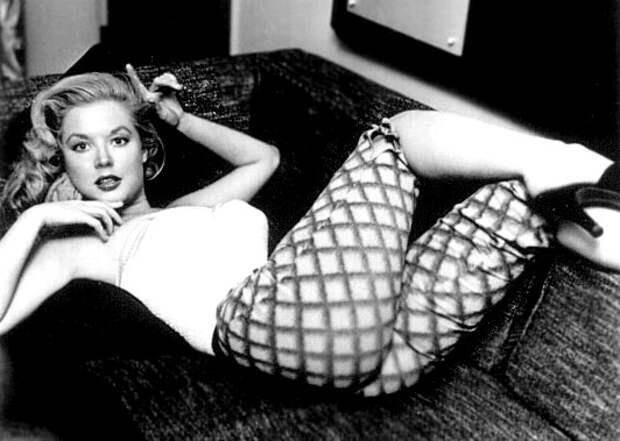 Эталон женской красоты 40-50 гг. - Бетти Бросмер в домашней обстановке.