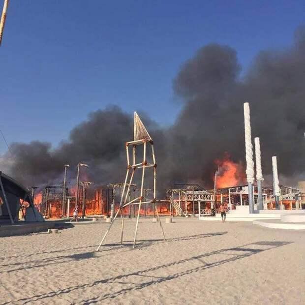 «КаZантип» в огне. Пожарным удалось потушить часть конструкций