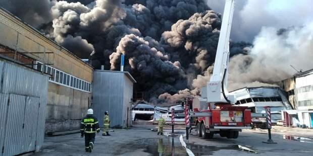 Обрушение кровли и гигантские клубы дыма: в Самаре загорелся склад лакокрасочных изделий